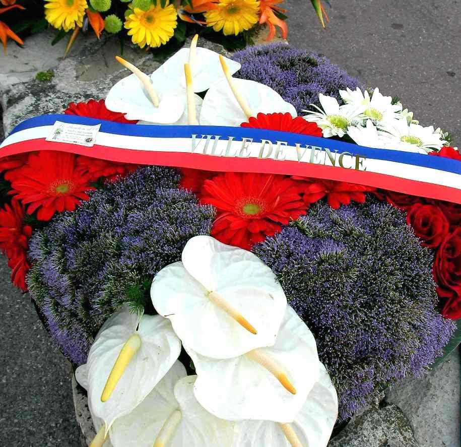 Tombes des célèbrités fleuries pour la Toussaint