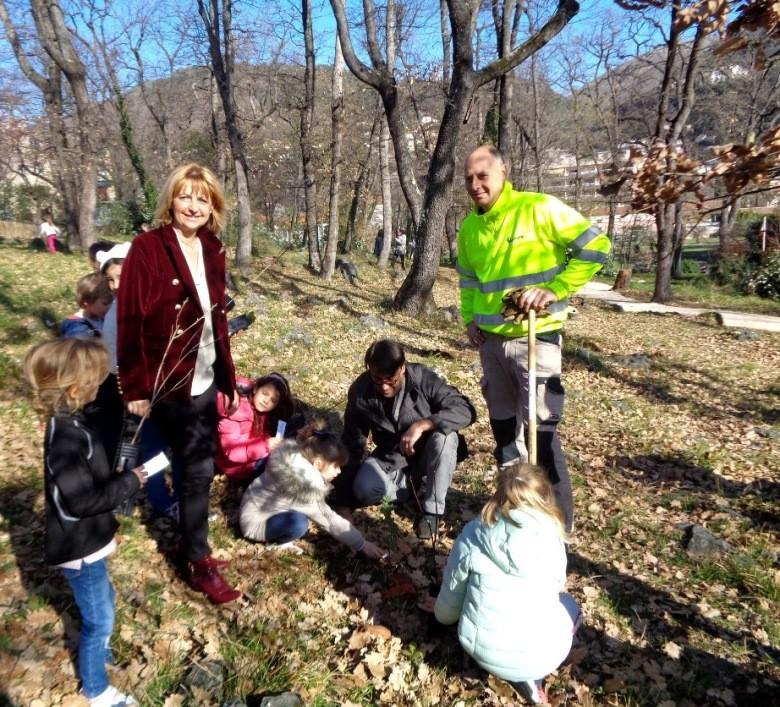 70 arbres plantés par les 70 enfants des accueils de Loisirs